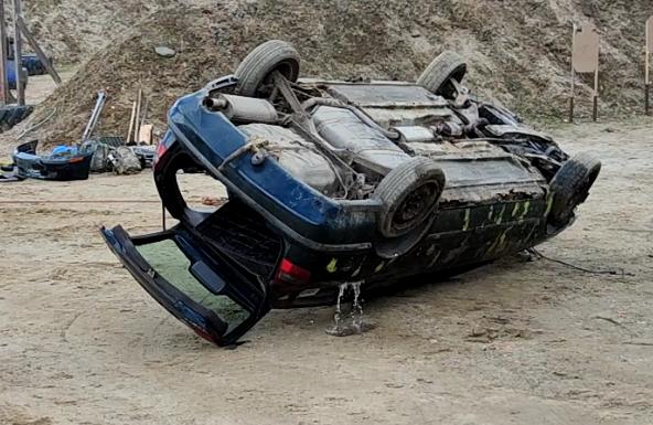 Wyjście z samochodu po dachowaniu - zobacz film.